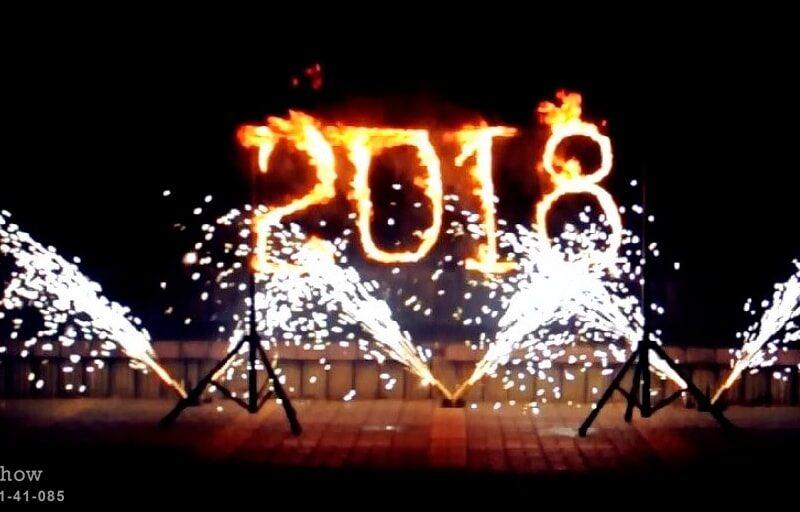 новогодняя надпись огнем и холодным фонтанами